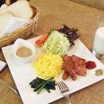 *パン、サラダ、スクランブルエッグ、旬々の季節野菜、飲むヨーグルトなど(洋朝食一例)
