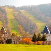 *外観/秋色に染まるピリカの山に、そっと包まれるように佇むホテル。