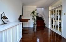 玄関と寝室に行く階段です。