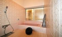 ピンク色のお風呂場