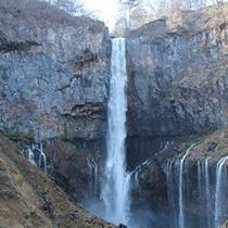 華厳の滝は車で5分