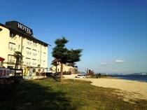 ホテルと湖畔
