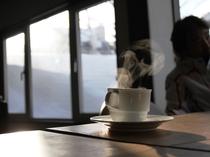 光が差し込む明るい館内でモーニングコーヒーをど~ぞ♪