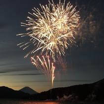花火♪ 当館から車で2分の会場で毎年花火大会がございます!