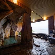 【大岩風呂】迫力満点!大岩を使用した湯船で名湯を満喫