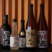 地元兵庫の酒造龍力の純米酒「神力」をはじめ様々な地酒が揃う