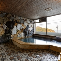【大浴場】ガラス張りで開放感あふれる内風呂
