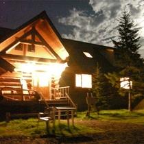 *外観/夜は柔らかな光がログハウスを優しく包んでくれます。