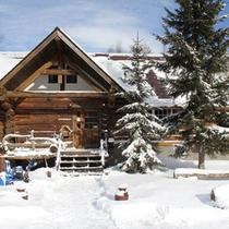 *冬/真っ白な雪景色に包まれるログハウス。美味しいコース料理とあたたかなおもてなしでお迎え致します