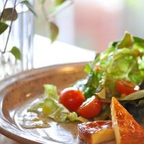 *夕食一例/あったかスモークチーズ。香ばしい香りを楽しんで。