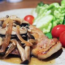 *夕食一例/釧路産海藻ポークのソテー。食材は道内産にこだわっています。