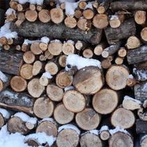 *冬/暖炉用の薪がたくさん♪ログハウスならではの冬の風景があります。