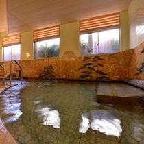 *大浴場/無色透明で湯の花が舞う温泉は地域の中でも泉質が濃いと好評を得ています。