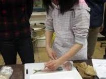 【生活体験】魚のおろし方など魚料理の食体験、薪とり、薪割りをして焼き芋体験。