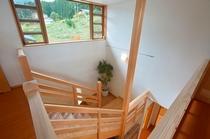 内観:2階の和室へ続く階段
