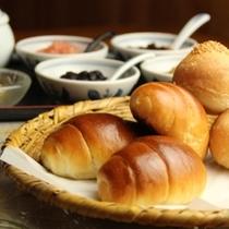 洋朝食の手作り焼き立てパン