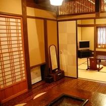 【客室/亀】こちらのお部屋は、和室10畳と囲炉裏の間6畳の2間続きです