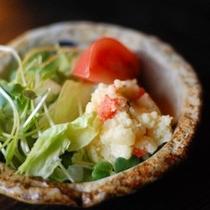 【朝食】サラダには2種類のドレッシングをご用意しております/例