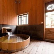 【客室風呂】 「紅葉」には大き目の造りのヒノキ桶風呂と露天風呂とが備わっております