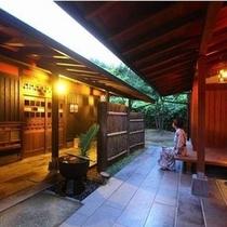 【回廊】 当館は静かな山懐にある一軒宿です。ゆっくりと流れる時間をお愉しみください