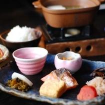 【朝食】1日を元気に過ごしていただける様に…と朝食は品数を多めに揃えております/例