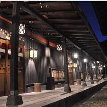 【回廊】 日没後はステンドグラスにあかりが灯り幻想的な世界へと導きます