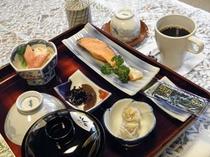 朝食、和食です。 コーヒー、紅茶はセルフサービスです。
