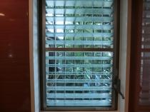 竹の間、バスタブの窓から庭をお楽しみください。
