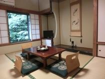 秋月 6畳、8畳、2間一室、籐椅子セット付。2階の角部屋 広々とした和室と庭をお楽しみください。