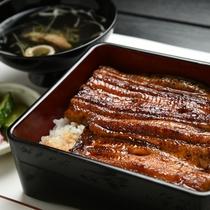 *うな重/鰻は霞ヶ浦名産の一つ。甘めのタレで味付けされた人気の一品(時期によって産地は異なります)