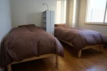 港のみえる部屋のシングルベッドです。