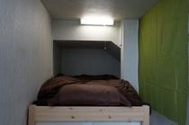 ステンドグラス部屋 シングルベッド1台はこんな感じです。