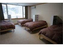 男性ドミトリーのベッド