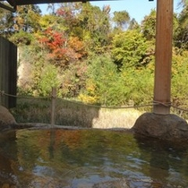藤三旅館浴場・紅葉を望む露天風呂「桂の湯」(女湯)