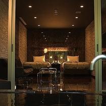 客室露天風呂から室内を望む