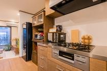 キッチン設備と機器全景