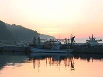 【下風呂港】夕日と漁火漁船。時期になると漁火を灯しながら漁をします。
