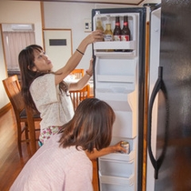 キッチンの大型冷蔵庫にビール詰め込み中