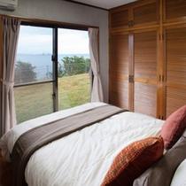 【主賓室】カーテンを開ければダブルベッドから金武湾が望む特別室