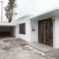 玄関横には屋根付きのオートガレージ