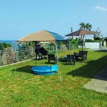 芝生の庭では海を見ながらBBQを楽しめます