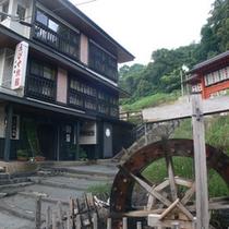 *【外観】すぐ右手には酢川温泉神社へ続く石段。温泉街の最奥にあり静かな環境。