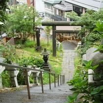 *酢川温泉神社に続く石段。この石段を降った右側に当館がございます。