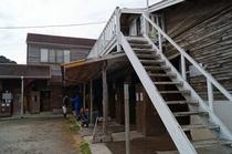 2階への階段と1階の馬小屋