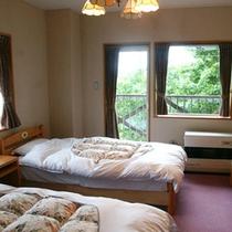 *【客室/ツイン】自然の音色が心地よく響くお部屋で、2名様までおくつろぎいただけます。
