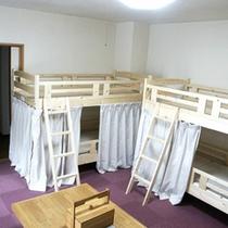 *【客室/ドミトリー】男女別の相部屋で、バス、トイレが完備されています。2段ベッドをご利用頂きます。