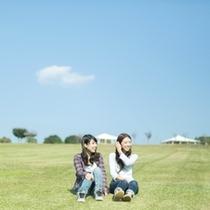 芝生に座ってゆっくり過ごす、贅沢な時間