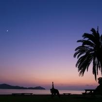 夕日に染まる浜からの夕日は格別!マジックアワーの時間をお楽しみいただけます