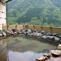 *露天風呂からは緑豊かな猿倉山と雄大な神通峡が目の前にご覧いただけます