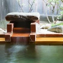 湯量が豊富な檜造りの客室露天風呂